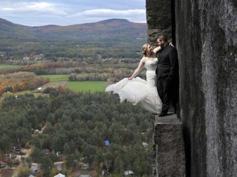 惊心动魄!这对新婚夫妇在百米峭壁上拍婚纱照