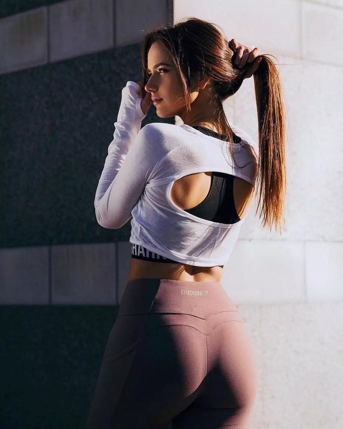 她健身3年练的蜂腰翘臀,这个身材劲爆的20岁少女秒杀一票网红